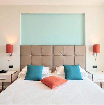 arredamento camera hotel in acciaio e legno laccato
