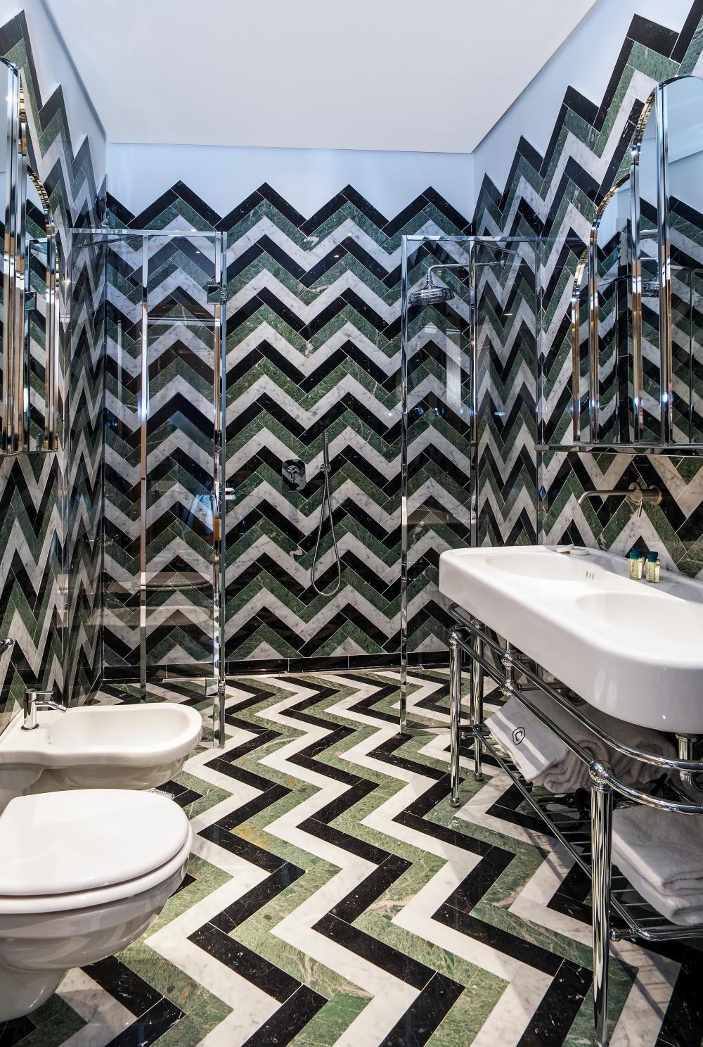 particolare delle specchiere nell'arredamento del bagno dell'hotel calimala