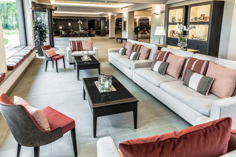 arredamento hotel a castelfalfi particolare reception con tavolini da fumo