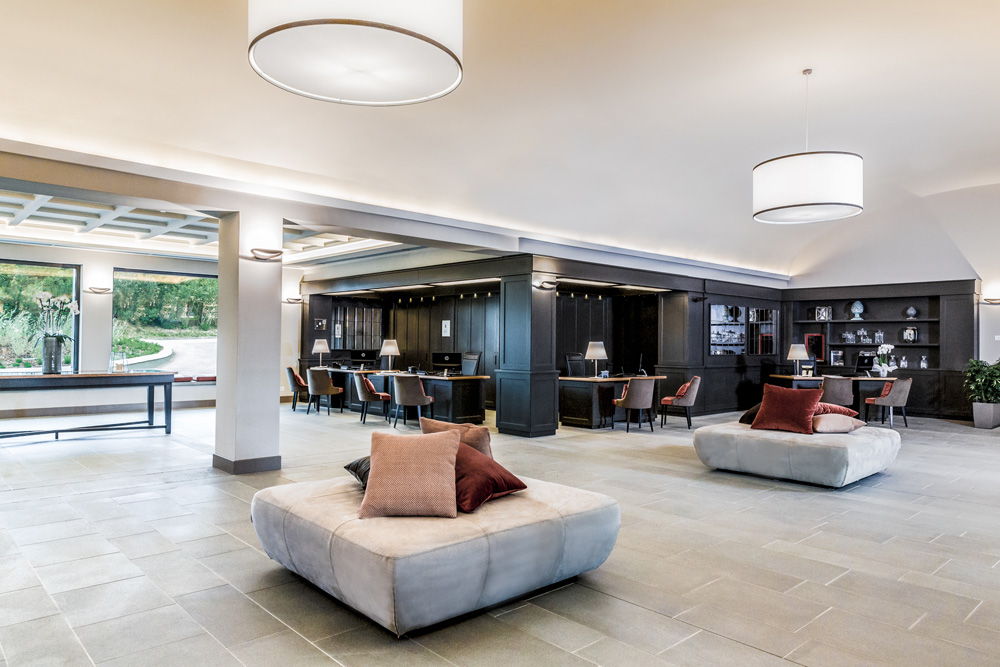 arredamento per hotel toscana castelfalfi resort esempio di lobby e reception con boiserie