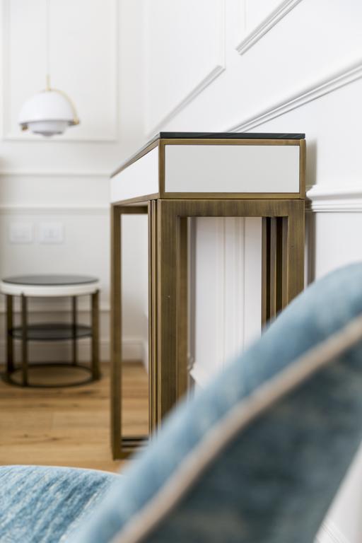 arredamento parisii luxury relais roma particolare consolle e comodino