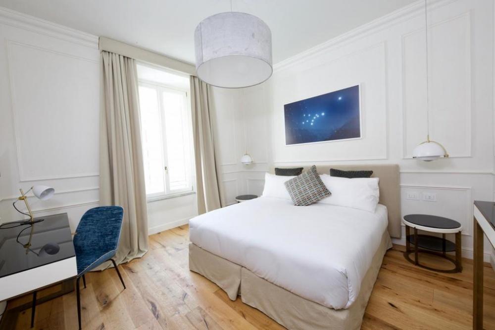 arredamento parisii luxury relais roma particolare costruzione comodino e scrivania in ferro e legno laccato
