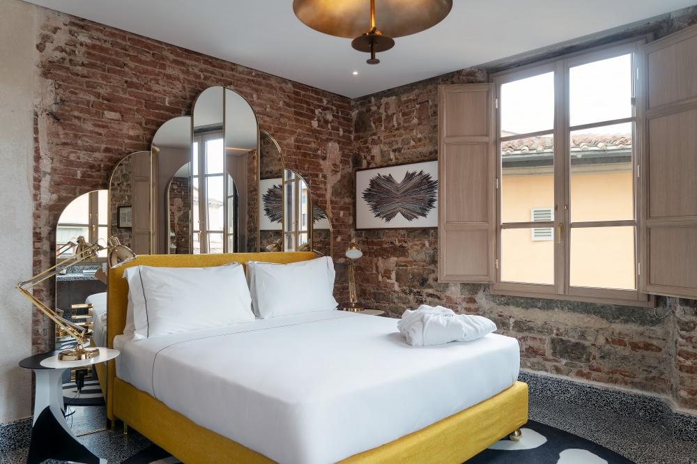 arredamento hotel calimala particolare della testata e dell'armadio in ottone e specchio