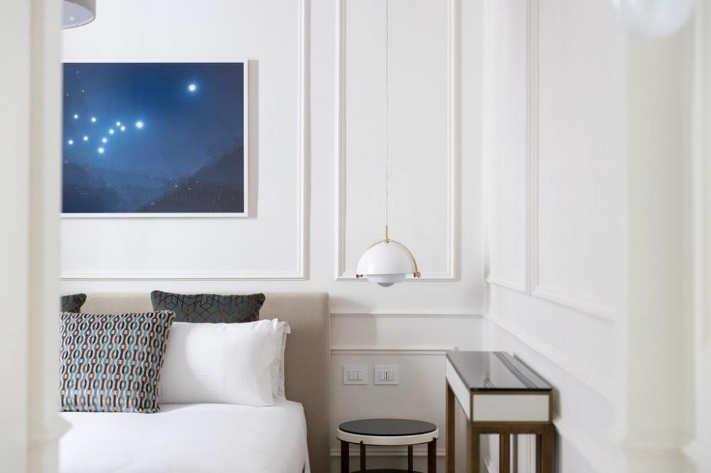 arredo hotel parisii luxury relais roma particolare costruzione comodino in ferro e legno laccato